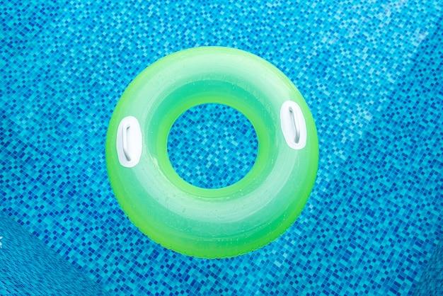 Anello di nuotata nella piscina blu