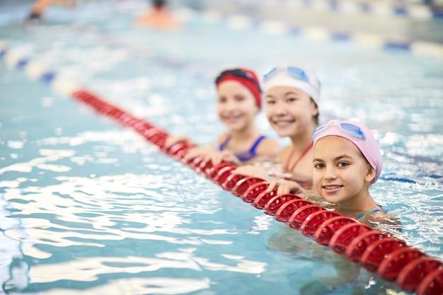 Lezione di nuoto in piscina