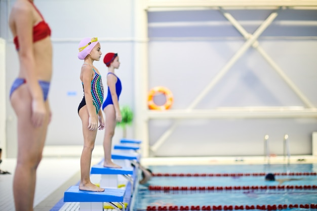 Gara di nuoto in piscina