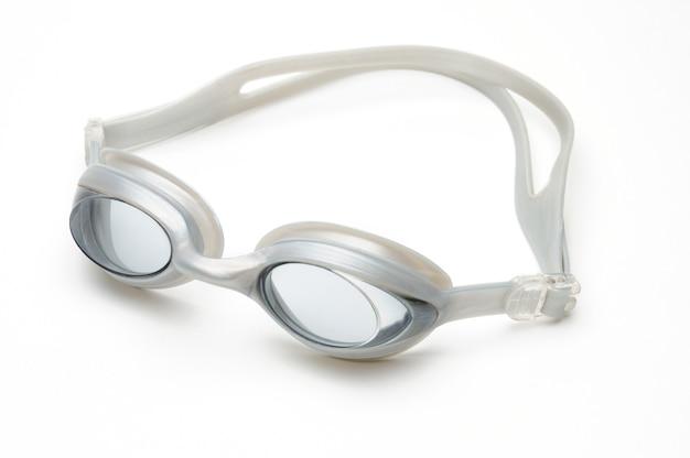Occhiali da nuoto su uno sfondo bianco isolato