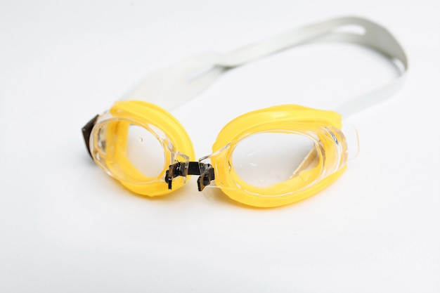 Occhialini da nuoto isolati