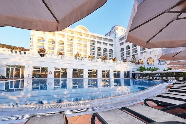 Piscina e spiaggia dell'hotel di lusso.