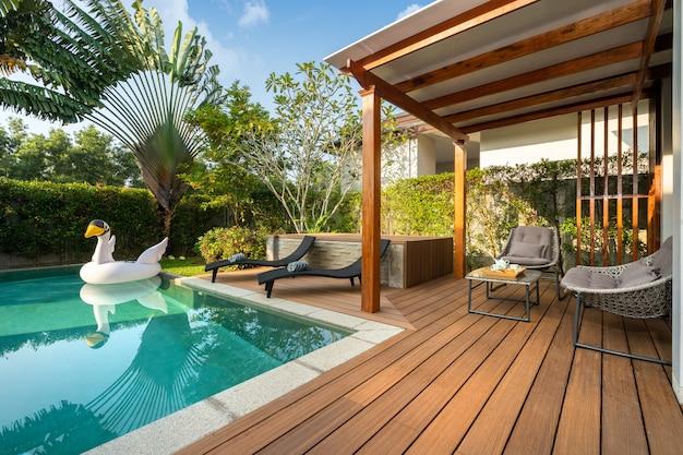Piscina in villa con giardino tropicale