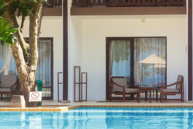 Vista della piscina al primo piano estremo del soggiorno dell'hotel in soft focus