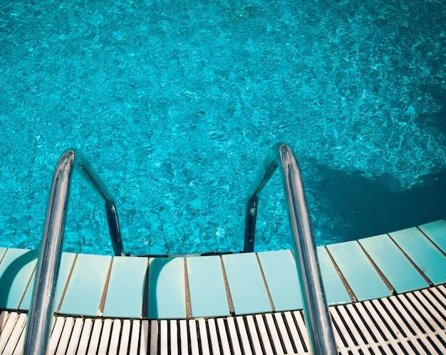 Piscina con scala in hotel da vicino