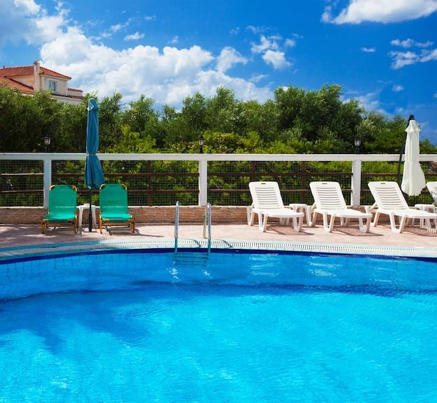 Piscina con scala in hotel, grecia