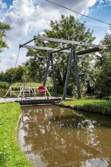 Ponte girevole sullo shropshire union canal nello shropshire