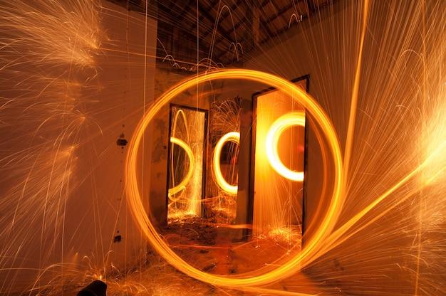 Oscillare il fuoco della lana d'acciaio su una riflessione dell'acqua di mare e dell'auto