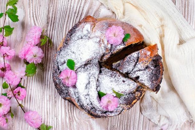 Swirl brioche con semi di papavero. pane pasquale. pane intrecciato o arrotolato ai semi di papavero, babka. pane dolce tradizionale polacco di natale. vista dall'alto