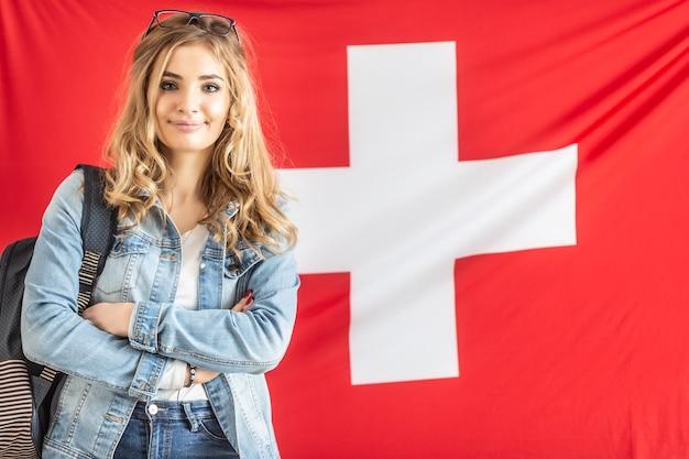 La ragazza bionda svizzera dell'allievo sorride alla macchina fotografica.