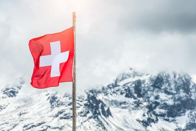 Bandiera svizzera nelle alpi