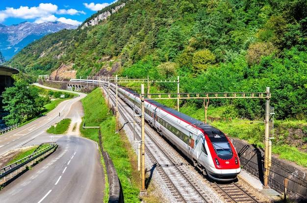 Treno svizzero ad alta velocità sulla ferrovia del gottardo