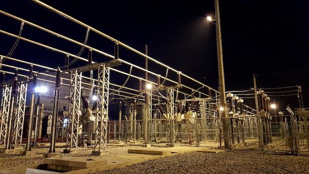 Sottostazione isolata in aria da cantiere e quadri ibridi di notte