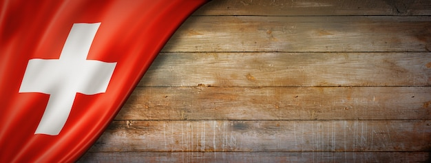 Bandiera della svizzera sulla parete in legno d'epoca