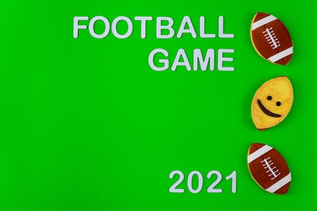 Simbolo della palla da gioco di football americano con testo 2021 su sfondo verde. sport professionistico.