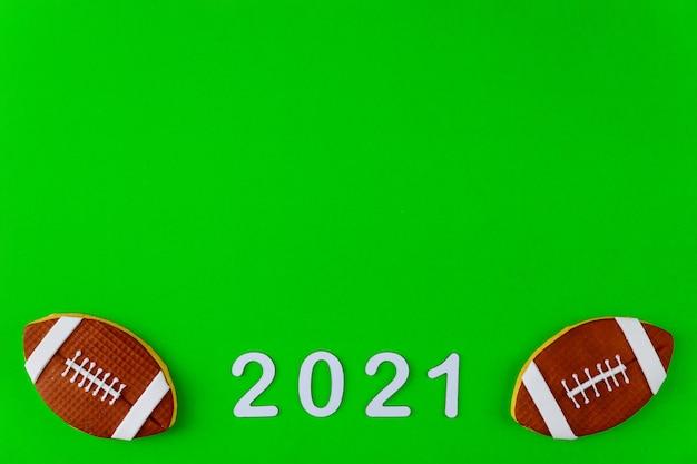 Simbolo della partita di football americano con testo 2021 su sfondo verde. sfondo sportivo professionale.
