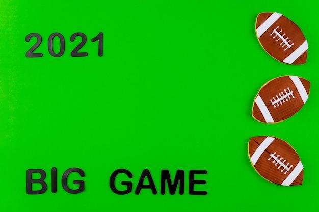 Simbolo della partita di football americano con testo 2021 su sfondo verde. sport professionistico