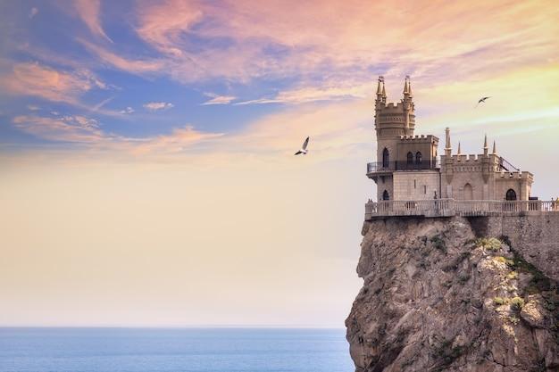 Il simbolo della crimea è il castello del nido di rondine al tramonto