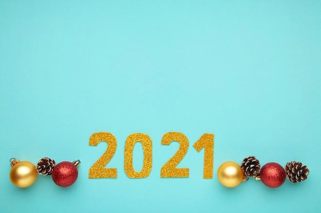 Simbolo dal numero 2021 e decorazioni natalizie su fondo di legno blu