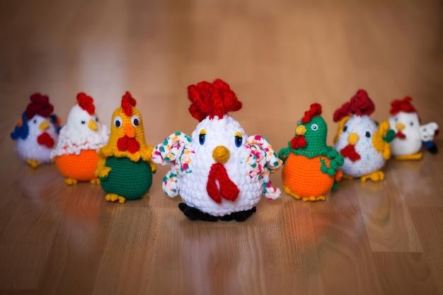Simbolo dell'anno, l'anno del gallo. gallo lavorato a maglia, isolare.