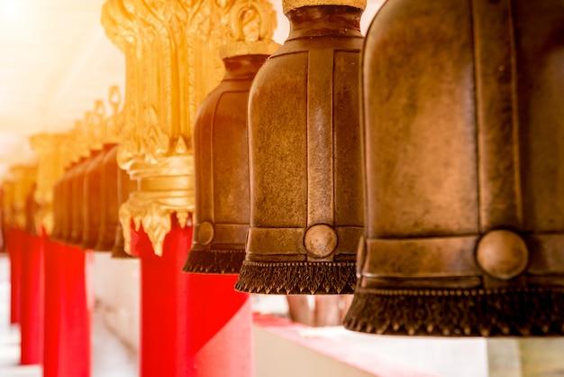 Simboli del buddismo. campane. asia sud-orientale. dettagli del tempio buddista in tailandia.