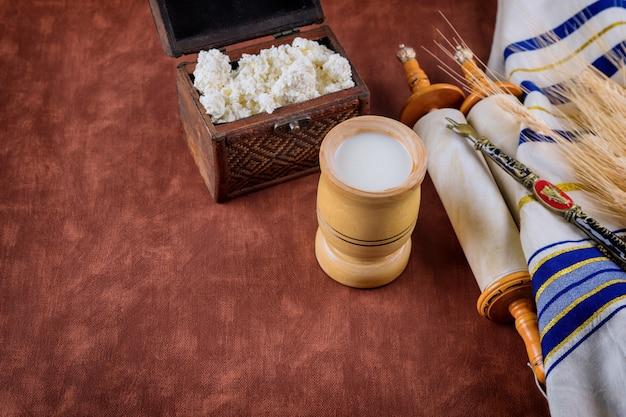 Simboli della festa ebraica shavuot torah e shofar