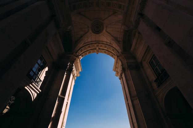Arco simmetrico dall'angolo basso che porta alla praca de comercio