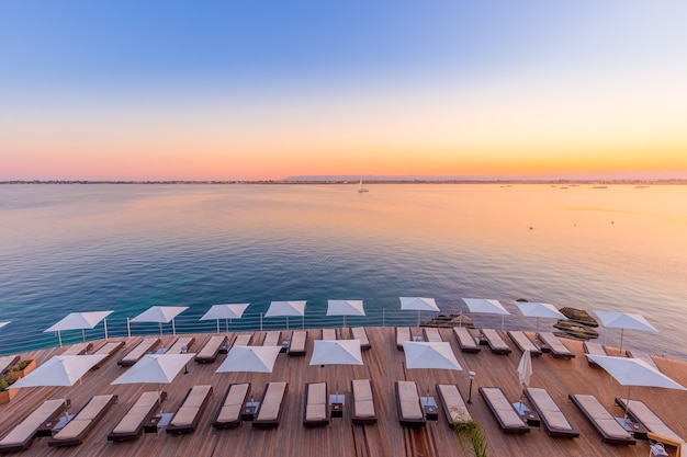 Siracusa, isola di sicilia, italia. tramonto di fronte al mare alla fine di una giornata primaverile di maggio.