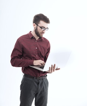 Amministratore di sistema con un laptop contro il bianco.