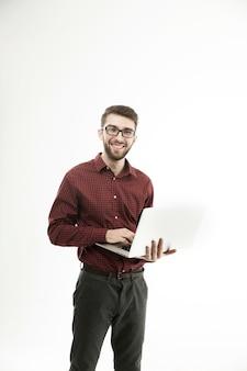 Amministratore di sistema con un laptop