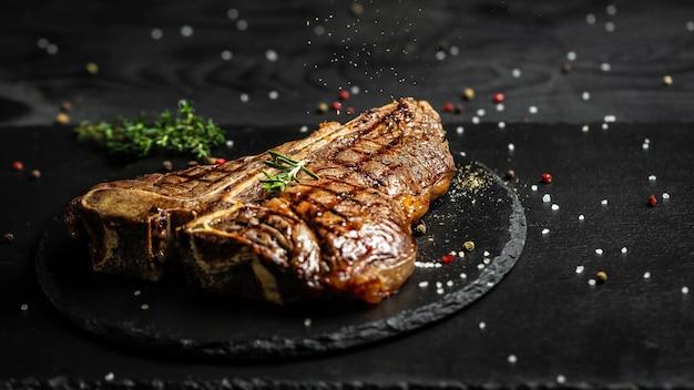 Bistecca di manzo alla fiorentina alla brace. bistecca alla griglia invecchiata a secco. medio raro. cucina americana. formato banner lungo, vista dall'alto.