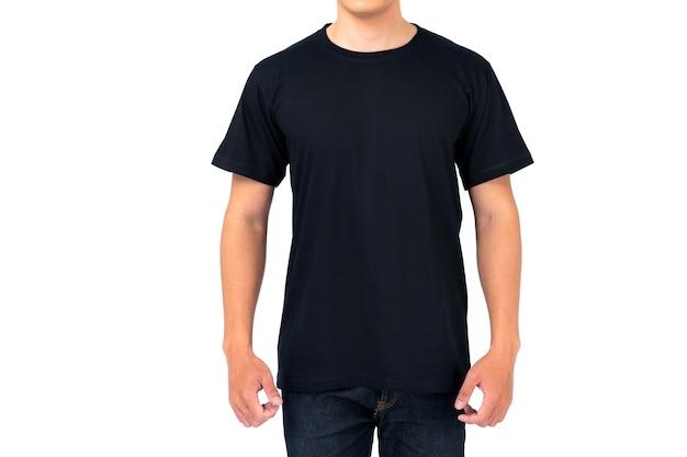 Design t-shirt, giovane uomo in maglietta nera isolato su sfondo bianco