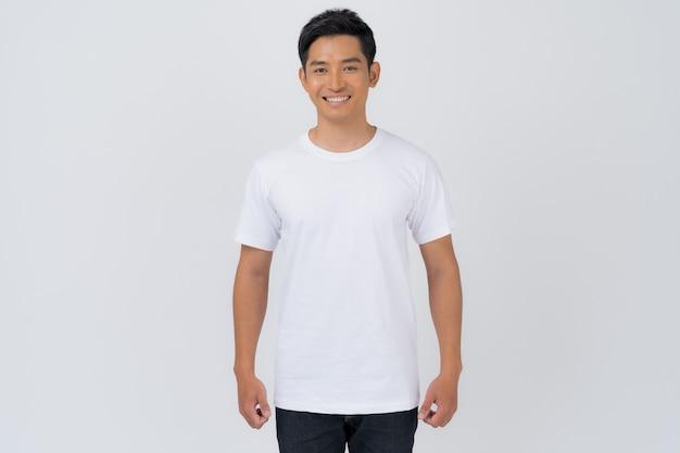 Design t-shirt, giovane uomo in t-shirt bianca isolato su sfondo bianco