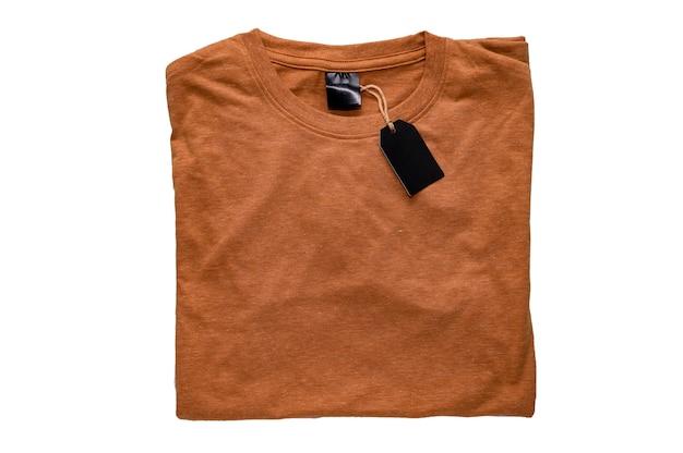 T-shirt con etichetta vuota e cartellino del prezzo in bianco isolato