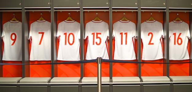 T-shirt appese negli spogliatoi per gli atleti calciatori.