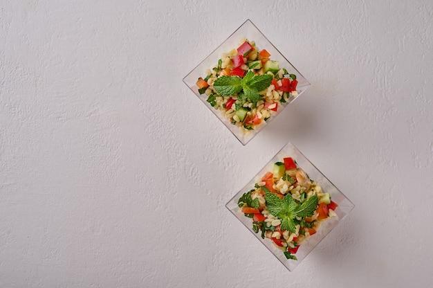 Insalata tabbouleh piatto tradizionale mediorientale piatto con pomodori bulgur menta prezzemolo in