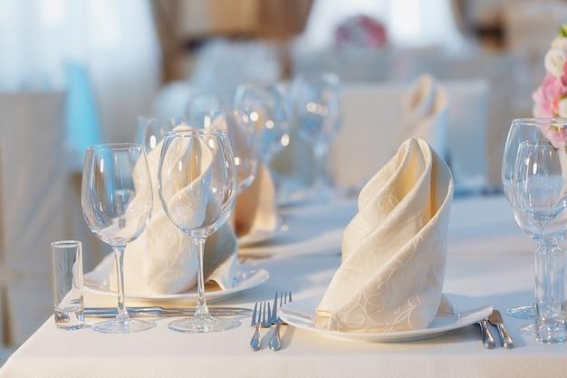 Disposizione dei tavoli nel ristorante. set da tavola per una festa evento o un ricevimento di matrimonio.