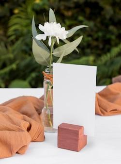 Disposizione dei tavoli con bel fiore
