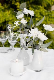 Disposizione dei tavoli con fiori e candela
