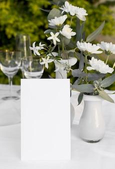 Disposizione dei tavoli con fiori e note