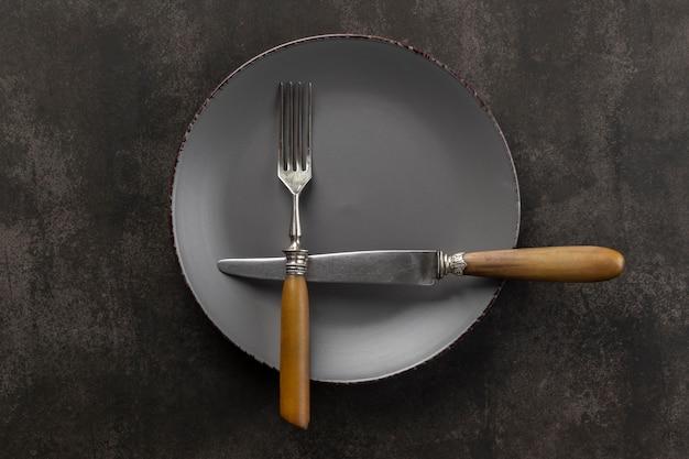 Assortimento da tavola con piatto e posate sopra vista