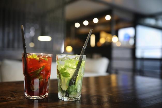 Un tavolo in un bar con un cocktail e una tazza di tè