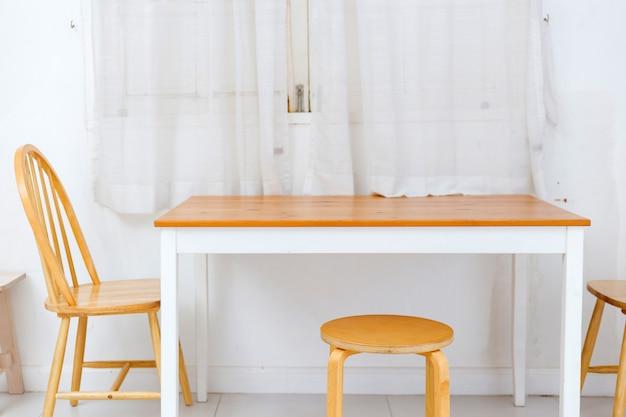Tavolo e charis in sala da pranzo