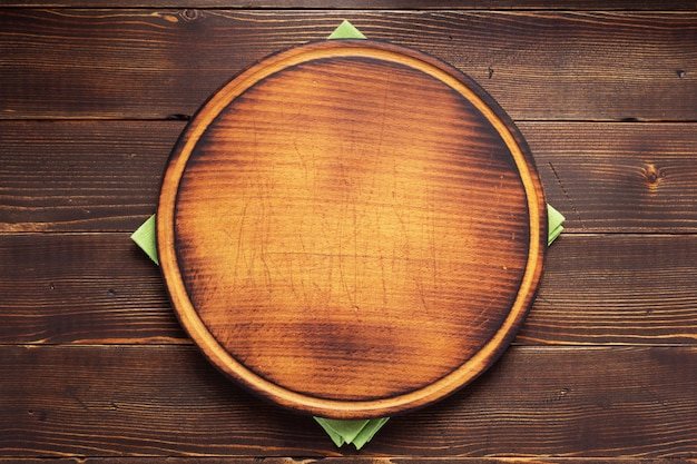 Tovagliolo della tovaglia e tagliere della pizza su struttura di legno del fondo
