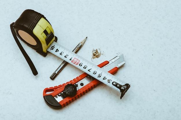 Composizione del tavolo con roulette, matita, chierico e trucioli