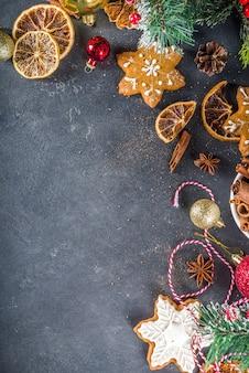 Tavolo per cucinare biscotti e torte natalizie con ingredienti