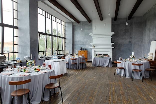 Decorazioni da tavola per le vacanze e la cena di nozze. tavolo apparecchiato per festa, evento, festa o ricevimento di nozze nel ristorante all'aperto