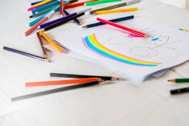 Scrivania da tavolo con un disegno di famiglia tradizionale madre padre figlio genitori naturali