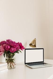 Area di lavoro scrivania tavolo con spazio vuoto copia mock up sullo schermo del laptop