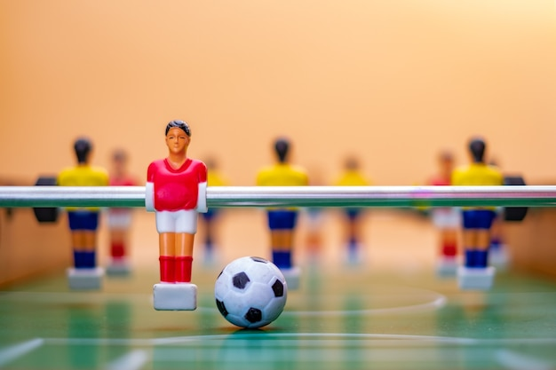 Figure di calcio balilla sull'arancio